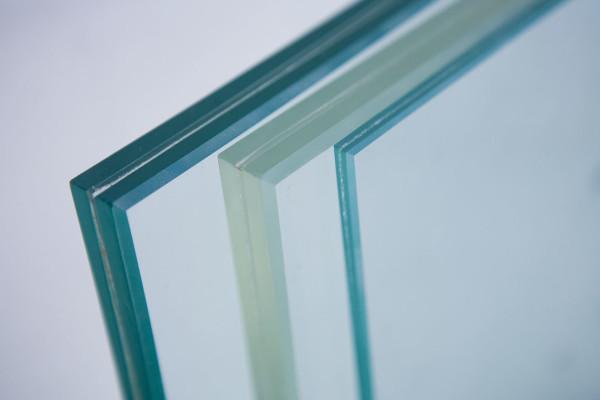 Vách kính an toàn sử dụng kính dán nhiều lớp 1