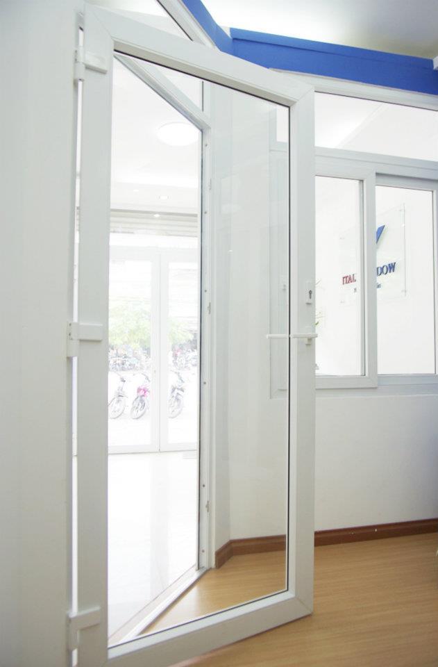 Một số mẫu cửa đi nhôm kính 1 cánh thông dụng 5