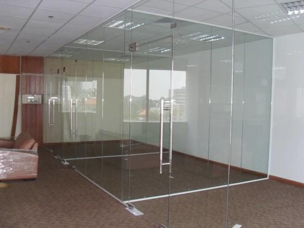 3. Mẫu cửa kính cường lực đẹp cho văn phòng 3