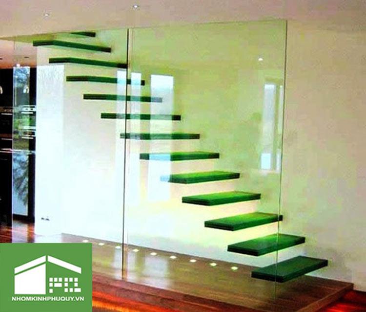 Đặc điểm của vách kính cường lực cầu thang 1
